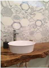 Salle de bain faience hexagone à Juvignac par Les Carrelages de la Tour