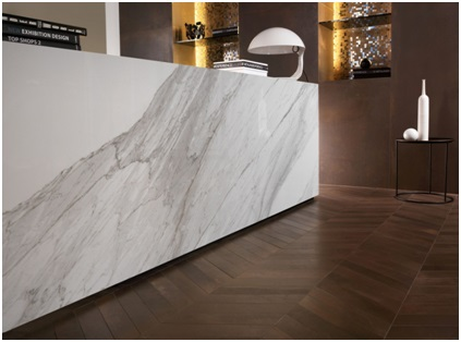 Salon carrelage effet marbre Saint Georges d'Orques par Les Carrelages de la Tour