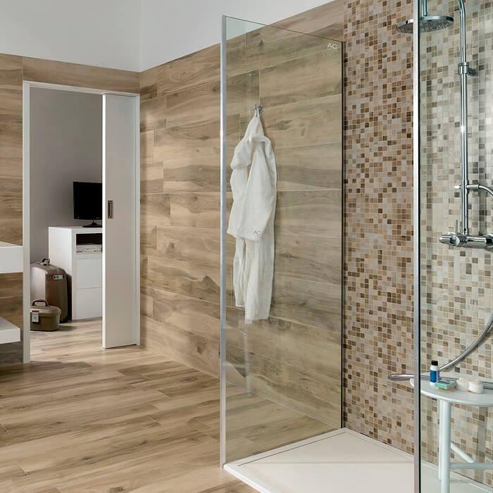 Carrelage effet bois dans une salle de bain au sol et au mur