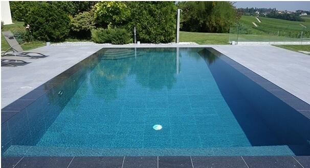 carrelage effet béton dans une piscine à Juvignac