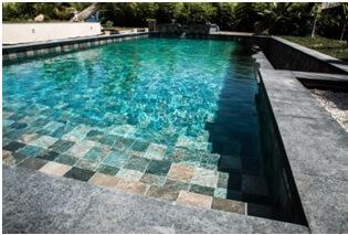 pierre de Bali dans une piscine