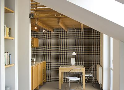 carrelage effet carton marron sur les murs et le sol d'une cuisine à Lunel