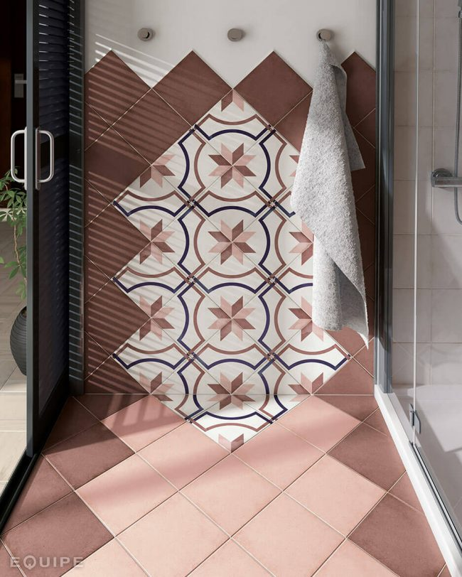 carrelage imitation carreaux de ciment sur les murs d'une douche