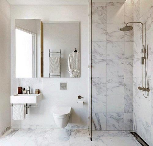 carrelage effet marbre sur le sol et les murs de toilettes à saint jean de vedas