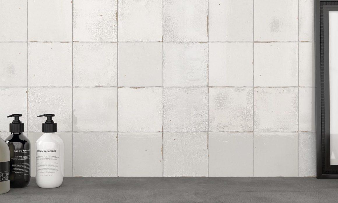 zelliges blanc posé aux murs