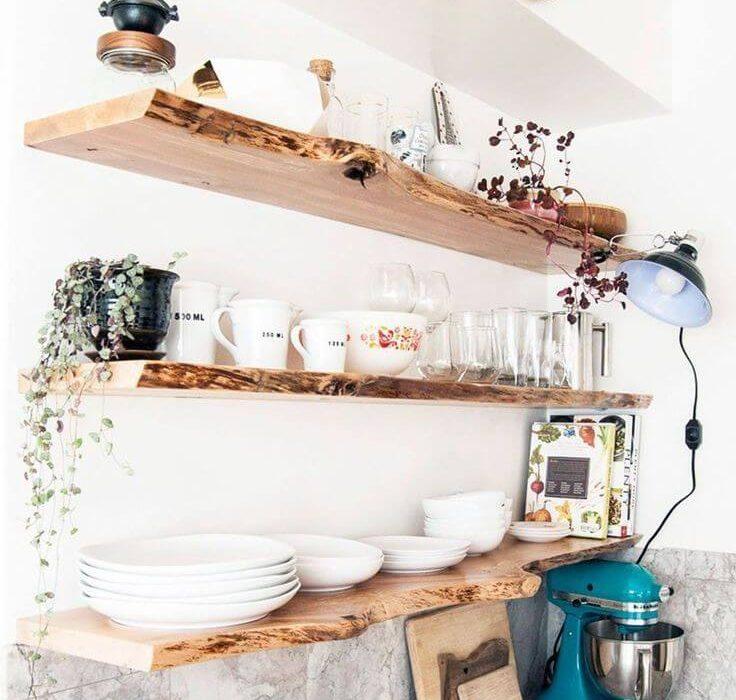 plan de travail de cuisine en carrelage et étagères en bois brut