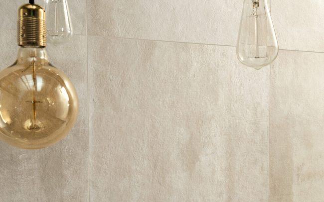 carrelage effet beton spatulé ciment texturé beige mur salle de bain tendance moderne renovation amenagement décoration appartement Fabrègues