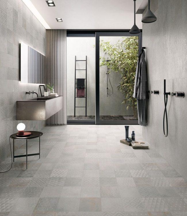 carrelage effet métal décoration sol mur salle de douche moderne gris metalique baie vitrée construction maison teyran