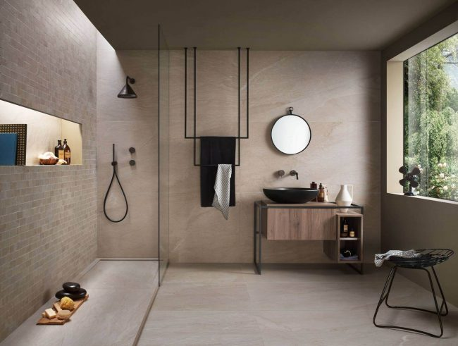 carrelage grand format aménagement sol mur salle eau bain ambiance naturelle rénovation appartement Montpellier