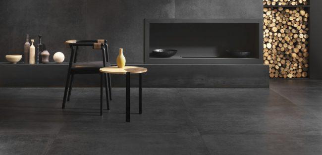 carrelage grand format sol mur effet résine béton cire noir aménagement décoration salon séjour cheminée rénovation villa Montpellier
