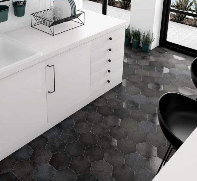carrelage hexagone noir sol cuisine moderne rénovation appartement aménagement a Sète