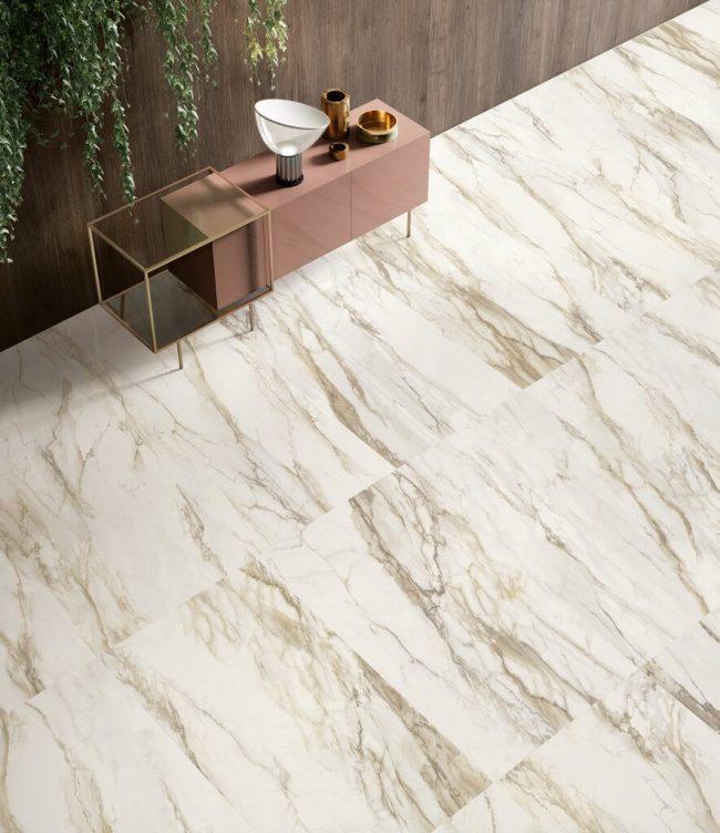 carrelage-marbre-or-calacatta-sol-grand-format-salon-sejour-ambiance-chic-tendance-construction-maison-teyran