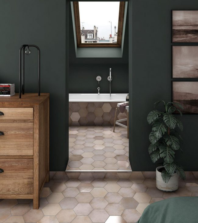 carrelage sol vieux rose forme hexagonale décoration salle d eau de bain rénovation vieux appartement Montferrier