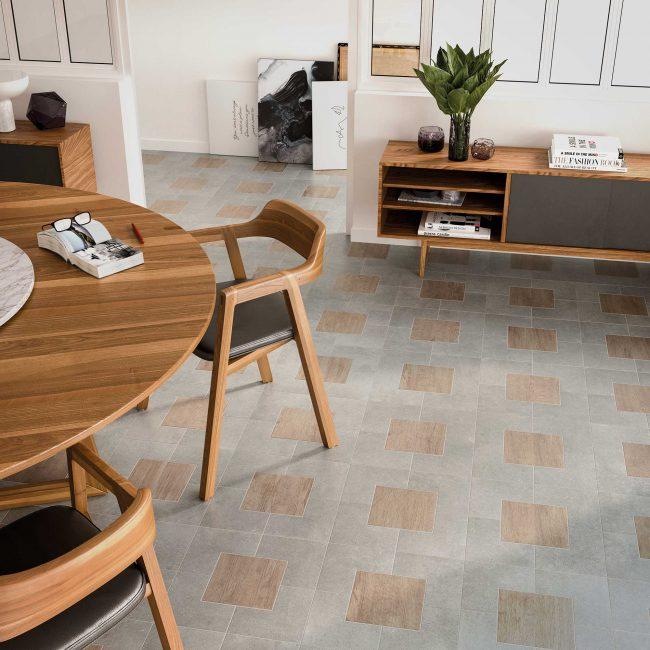calepinage déco tendance dans un salon séjour vintage avec un carrelage original effet bois naturel mixe avec un effet pierre dans un appartement rénové de Cournonterral