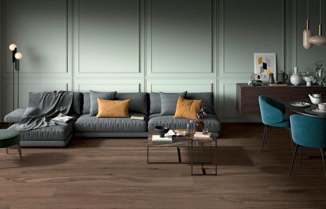 carrelage au sol dans un effet parquet naturel noyer bois fonce pour un style intemporel dans un appartement haussmannien rénové de saint Guilhem de désert
