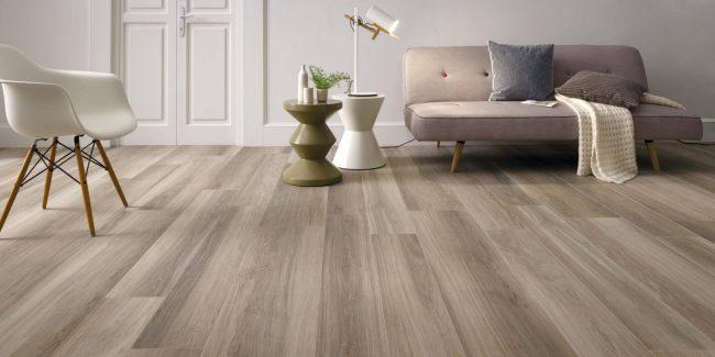 carrelage au sol effet parquet naturel bois de chêne cérusé nuance dans un salon séjour d un appartement du centre de Assas pour un style scandinave