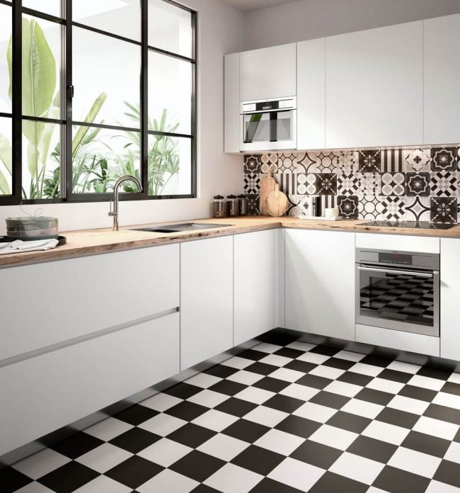carrelage au sol noir et blanc damier dans une cuisine rénovée pour un style authentique dans un appartement en construction a Vic la Gardiole