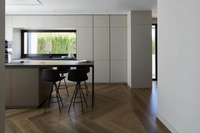 carrelage effet parquet en bois de chêne dans une cuisine pour une décoration scandinave dans un appartement de l'écusson de Montpellier