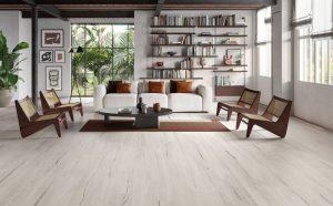 décoration d'un salon séjour avec un style intemporel scandinave grâce au carrelage au sol effet bois blanc cérusé dans une maison individuelle contemporaine moderne de saint Gély du Fesc