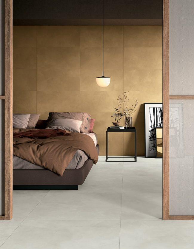 décoration d une chambre avec un mur en carrelage effet résine dorée gold pour une ambiance naturel et chaleureuse dans une maison en construction de Pignan