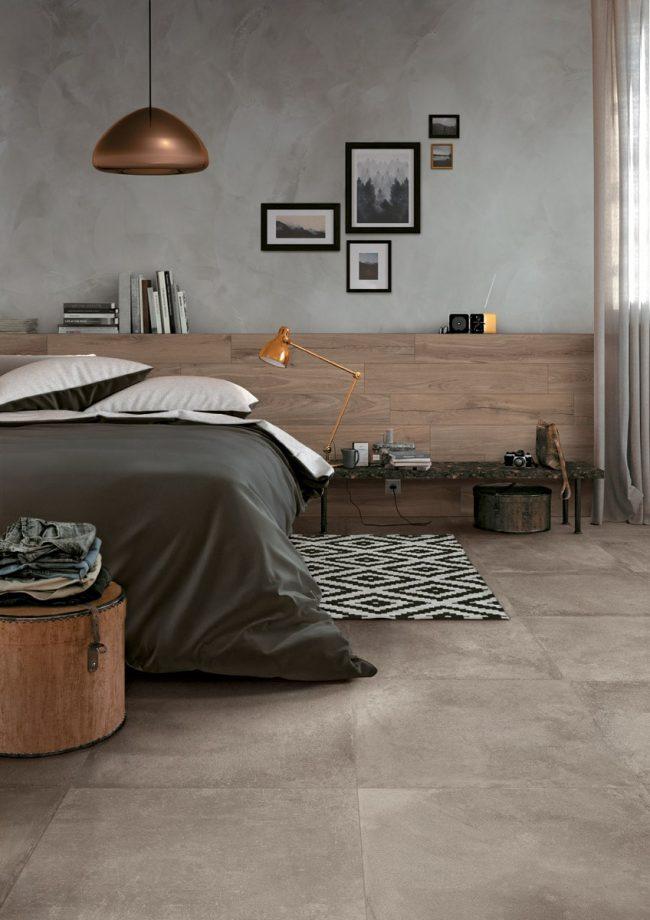décoration d une chambre dans un style scandinave industriel avec une carrelage effet ciment béton beige au sol et un carrelage effet résine gris au mur dans une maison rénovée de Vendargues