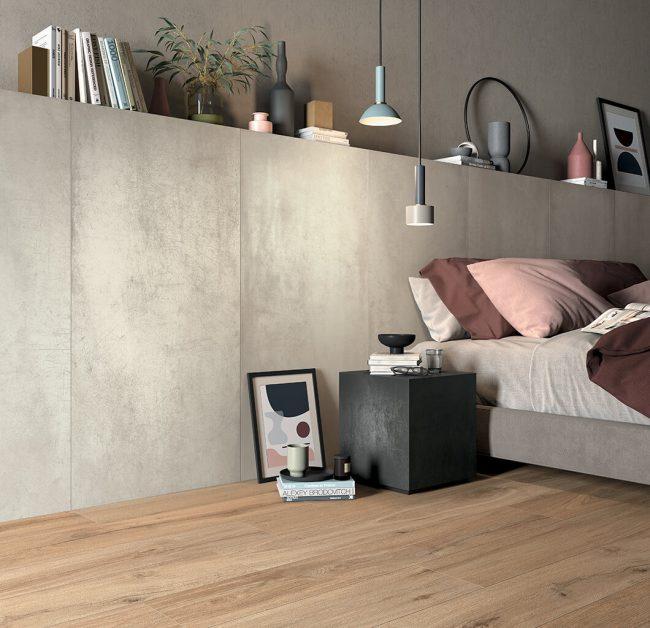 décoration d'une chambre et d'une tête de lit en carrelage effet métal argente gris et sol en carrelage effet parquet bois naturel pour une ambiance industrielle à Castelnau le lez