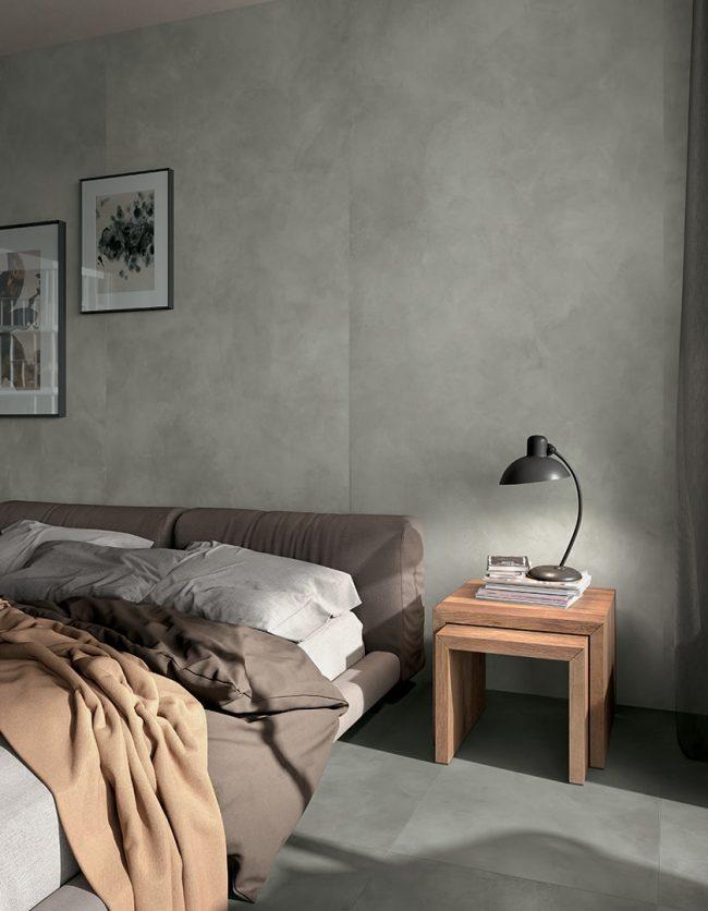 décoration d une chambre moderne avec un mur en carrelage effet résine bêton cire gris argent pour une ambiance scandinave industrielle dans un appartement rénové de Montpellier