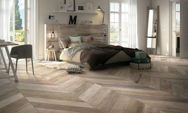 décoration d' une chambre scandinave avec un carrelage parquet chêne naturel vieilli en pointe de hongrie au sol dans une appartement neuf de Jacou