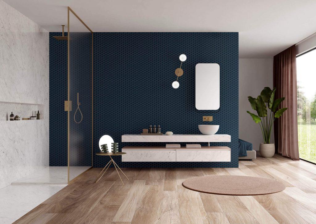 décoration salle de bain carrelage effet parquet chêne clair douche marbre sol mur mosaïque mur bleu roi tendance intemporelle rénovation villa saint jean de vedas