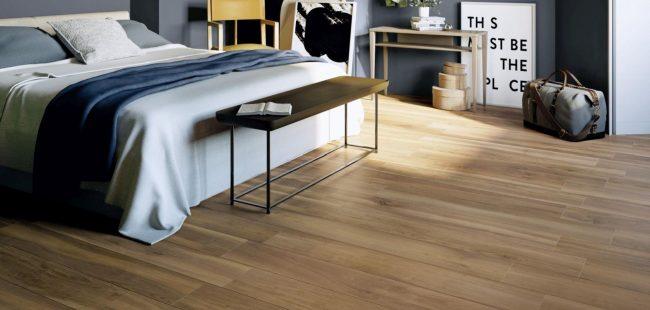 décoration scandinave d une chambre avec un carrelage effet parquet bois de chêne naturel dans un appartement rénové du centre de frontignan