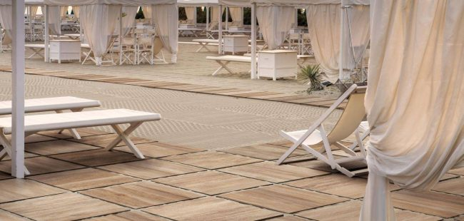 carrelage effet bois de chêne naturel dalles sur plot aménagement terrasse restaurant bord de mer frontignan