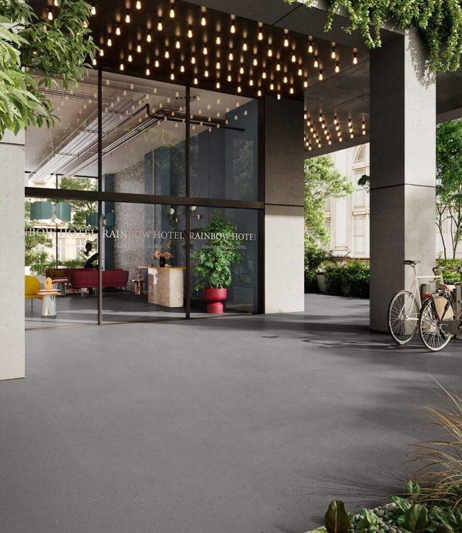 carrelage effet granito gris extérieur aménagement entrée ambiance moderne café restaurant Montpellier