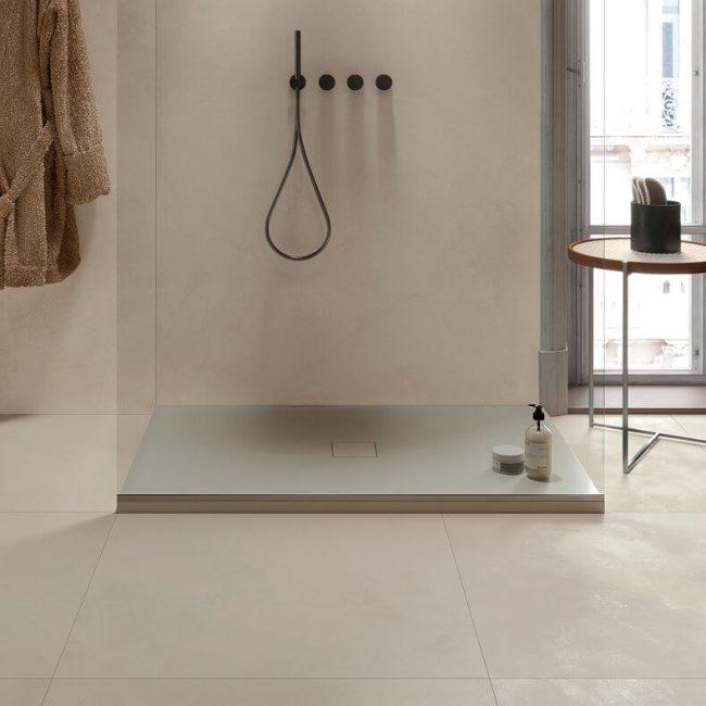 amenagement d une salle de bain avec une douche a l italienne et un receveur de douche en gres cerame resine dans un appartement de cournonterral