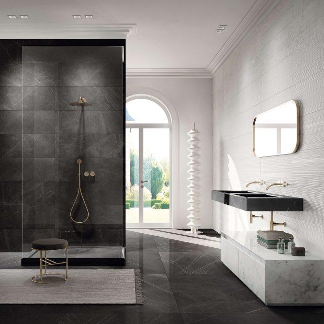 amenagement et decoration d une salle de bain effet marbre avec bac de douche receveur en gres cerame effet marbre dans une maison de mauguio