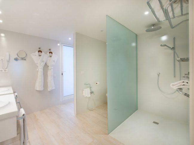 amenagement et decoration d une salle de bain naturelle avec un receveur dans un spa de la grande motte