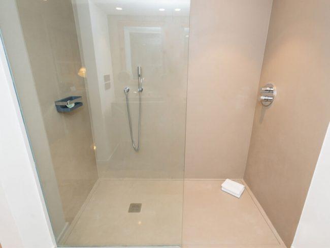 amenagement installation bac a douche receveur dans une salle de bain design d'un appartement de saint jean de vedas