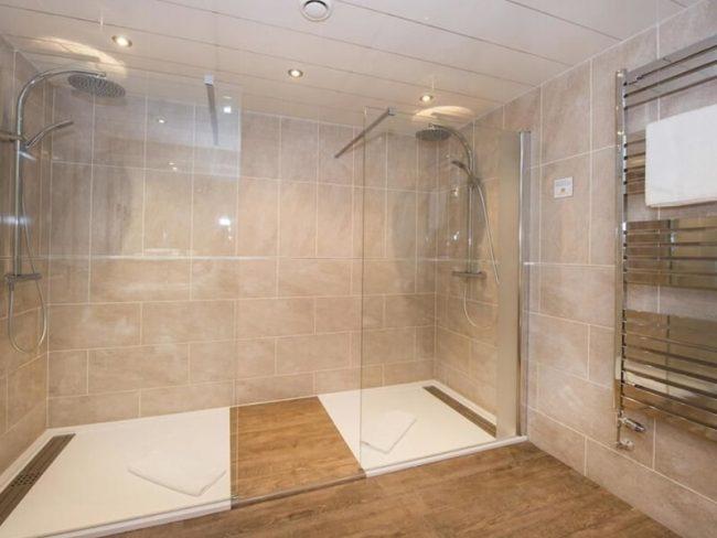 amenagement installation receveur de douche bas en resine blanc dans un hotel vers montpellier
