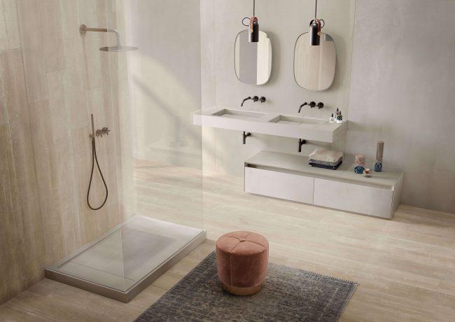 décoration d une salle d eau naturelle avec mobilier plan vasque en grès cérame effet marbre avec receveur et meuble rangement assortis a Pignan