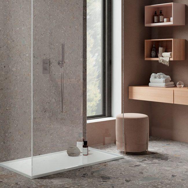 decoration d une salle de bain nude avec du carrelage effet pierre granitee du mobilier en bois et un receveur de douche engres cerame pour une ambiance chaleureuse