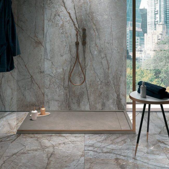decoration et amenagement d une douche mariant carrelage gres cerame marbre et effet resine pour une salle de bain style dans un appartement dbassin jacques coeur
