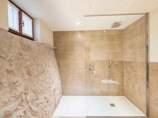 decoration salle de bain amenagement d une douche naturelle pierre naturelle receveur en resine blanc renovation d une maison de laverune