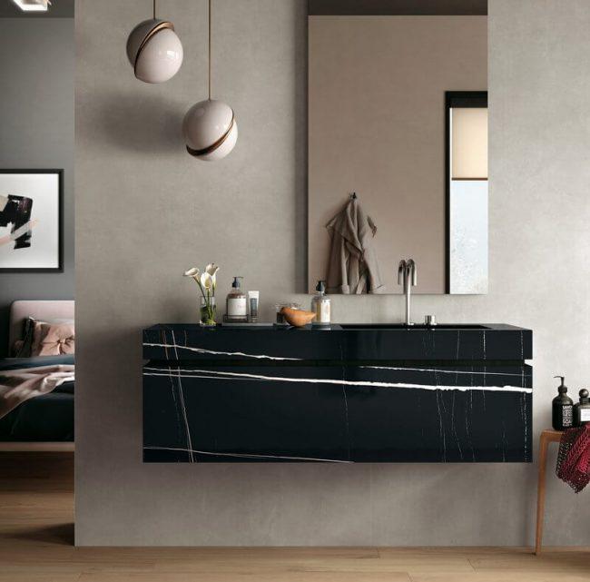 meuble salle de bain marbre grès cérame suspendu noir tendance rénovation salle de bain dans une villa de lattes