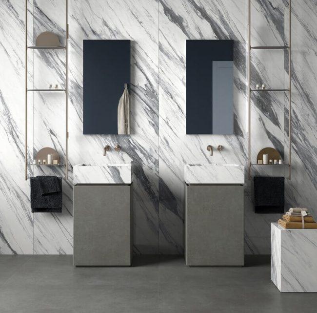 mobilier de salle de bain en grès cérame avec rangement effet marbre pour une décoration art déco dans un appartement du centre ville de Pignan