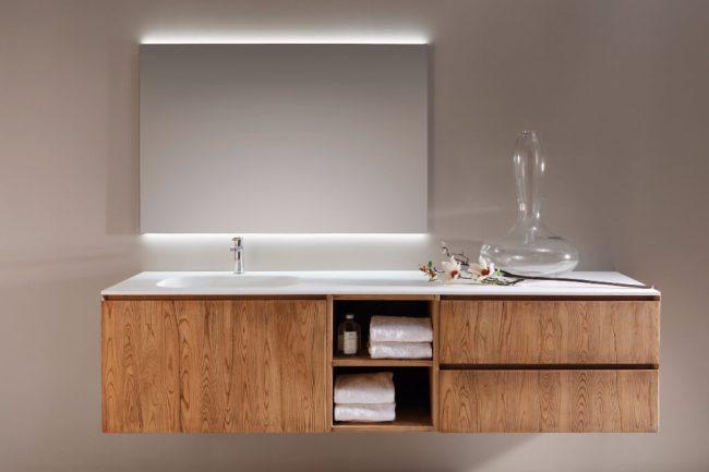 mobilier style industriel en bois vintage suspendu avec portes et tiroirs pour une salle de bain tendance dans une maison rénovée de Fabrègues