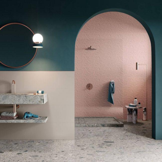 plan vasque grès cérame effet pierre granitée pour une salle de bain tendance faïence rose mur bleu canard tendance dans un appartement Montpellier centre ville