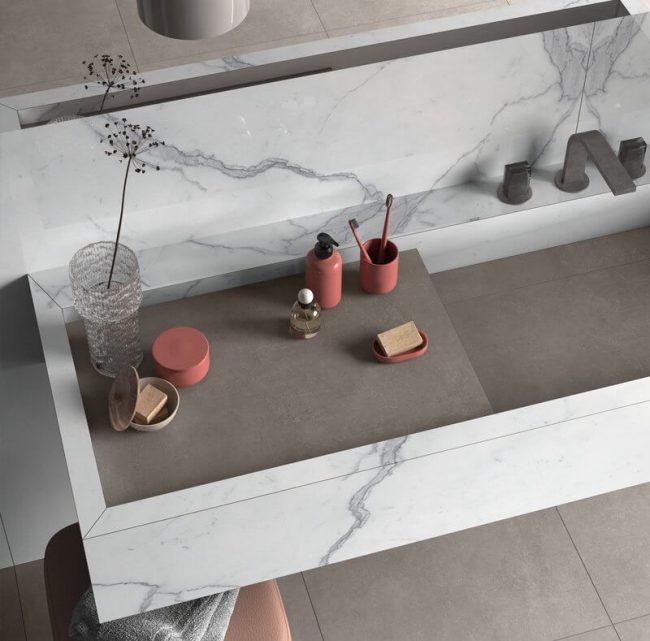 plan vasque tendance en grès cérame effet marbre style moderne pour une salle de bain tendance dans un appartement rénovation a Vendargues
