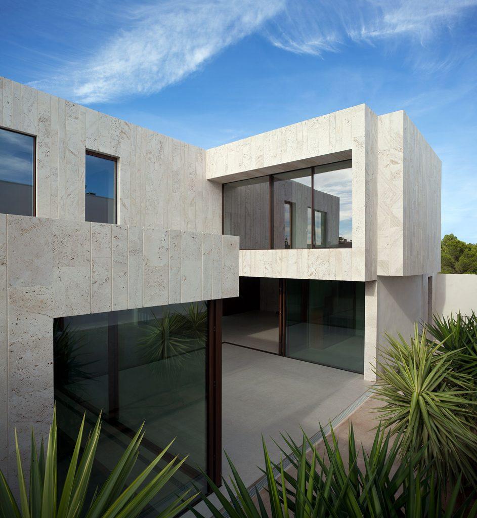 carrelage de la tour amenagement entree exterieure carrelage grand format effet beton minimaliste gris pour une villa architecte tendance lavérune