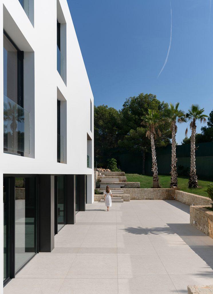 carrelage de la tour amenagement exterieur decoration carrelage effet pierre minomaliste style moderne maison architecte saint gely du fesc