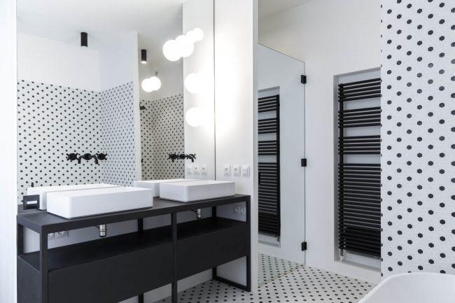 ambiance retro dans une salle de bain de saussan avec de la mosaique noir et blanche