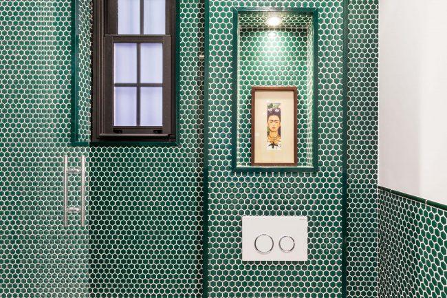 ambiance verte salle de bain en mosaique vert hexagonale dans la douche d une maison de castelnau le lez